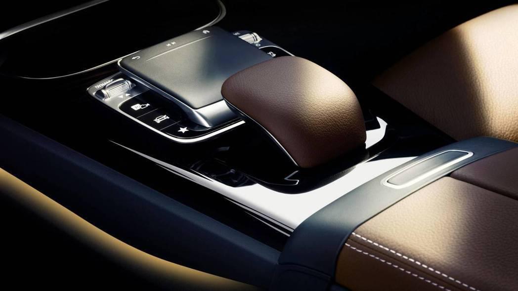 搭載全新觸控手寫板,取代現行款的旋鈕式介面。 圖片來源:M.Benz
