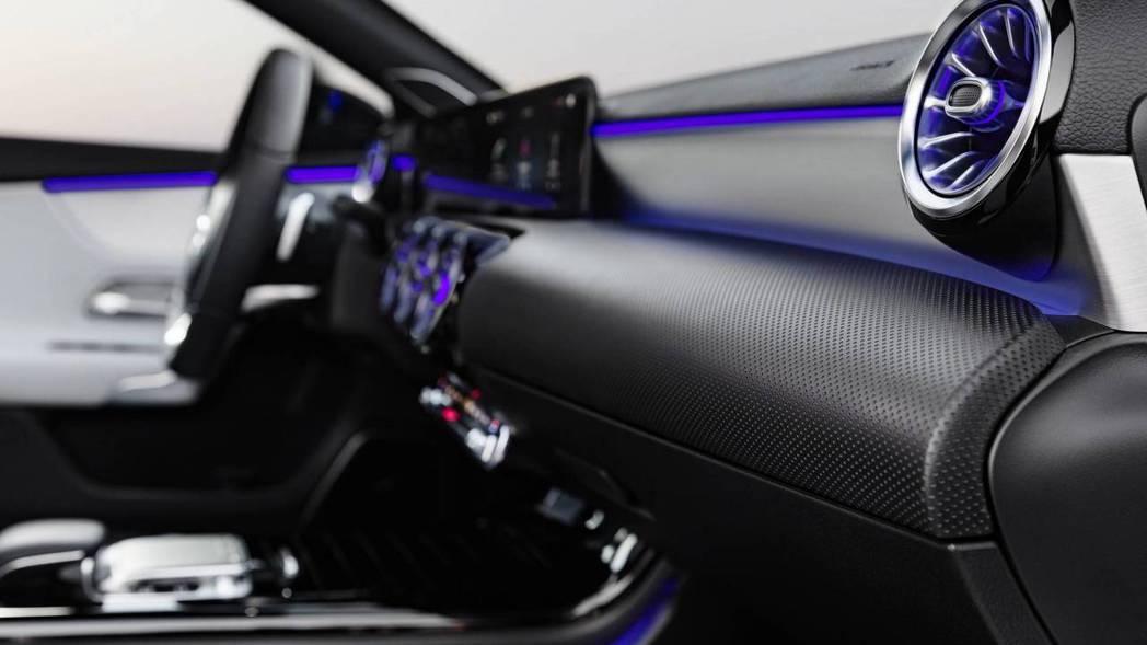 具備64色可調LED氣氛燈,打造炫目感十足的行車氛圍。 圖片來源:M.Benz