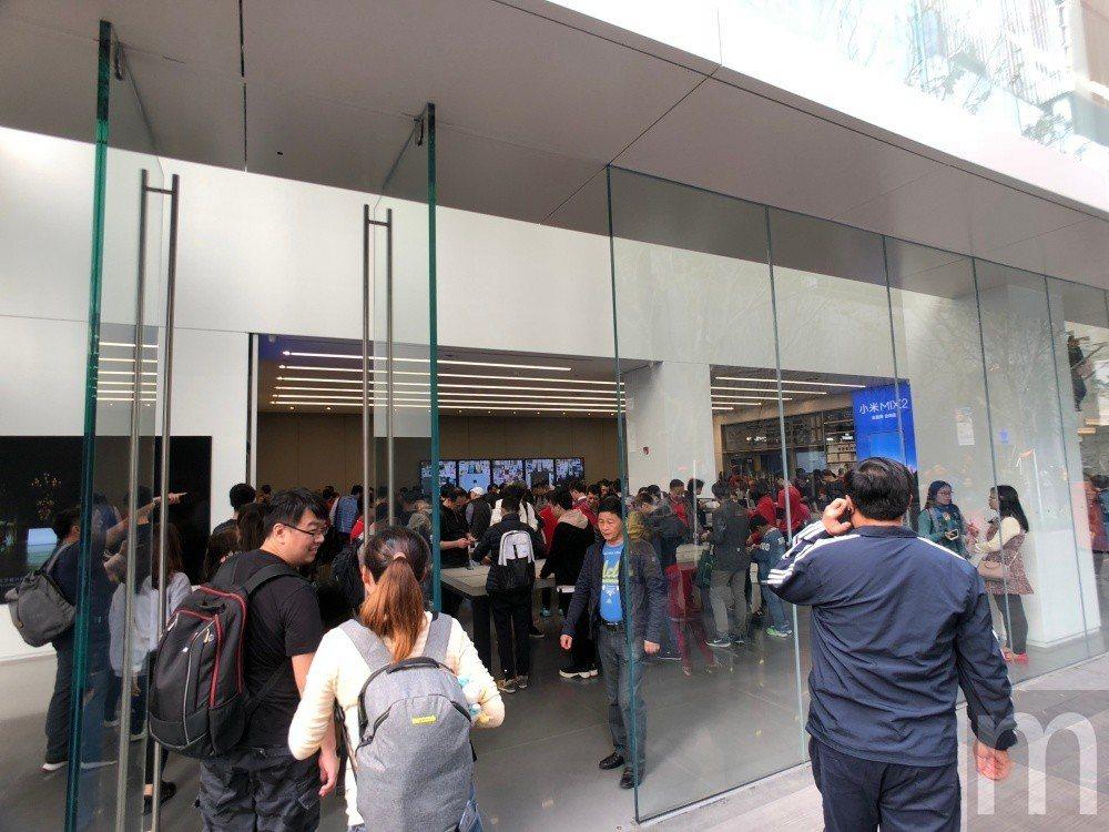▲門口採用偌大玻璃落地窗形式營造明亮空間感