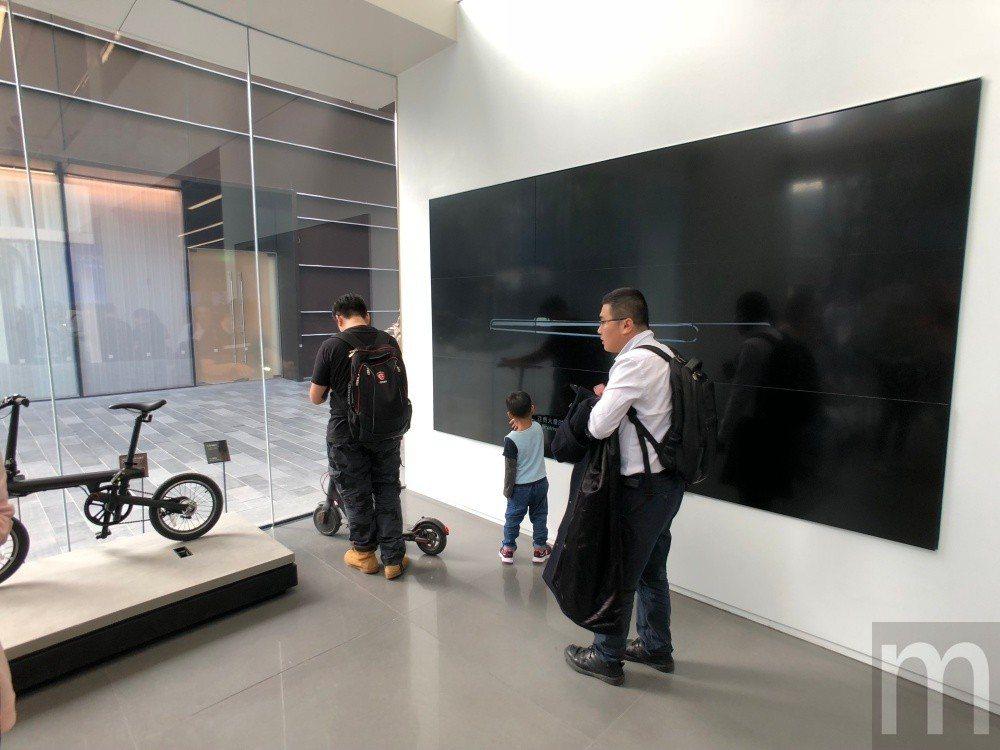 ▲門口透過巨型螢幕呈現近期主打產品與活動內容