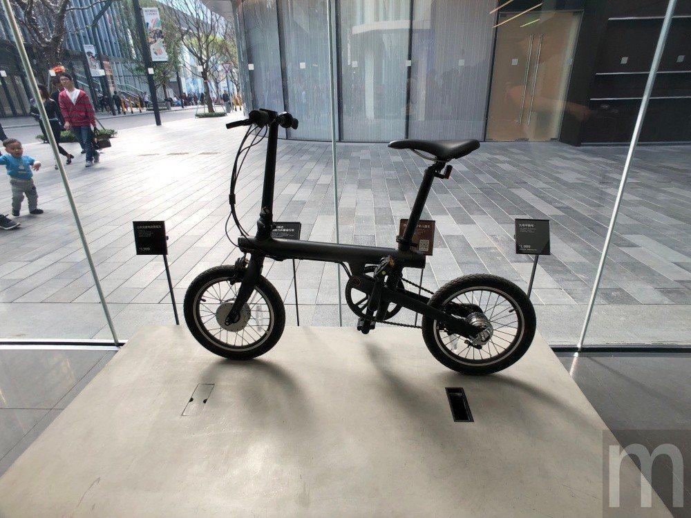 ▲門口展示的米家騎記電助力折疊自行車