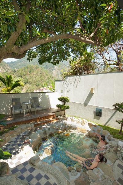 精緻VIP和風家庭湯屋設有戶外湯池,讓人悠享谷關明媚風景。(欣傳媒攝影)
