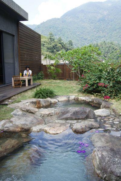 設有戶外庭園的villa溫泉,讓住客得以感受靜謐山城暖湯假期。(谷野會館提供)