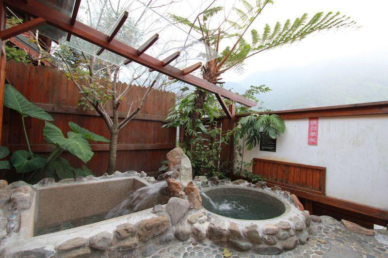 泡在客房內的庭院泡湯池裡,不僅能賞景,還能呼吸道東浦清新的空氣呢。(陳德偉攝影)