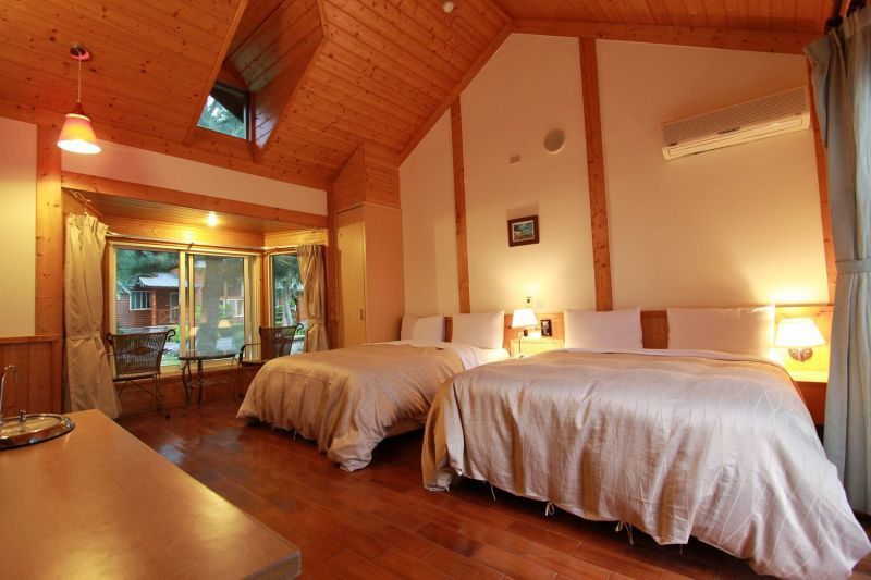 採原木打造的溫馨家庭小木屋,空間挑高寬敞,營造度假氛圍。(陳德偉攝影)
