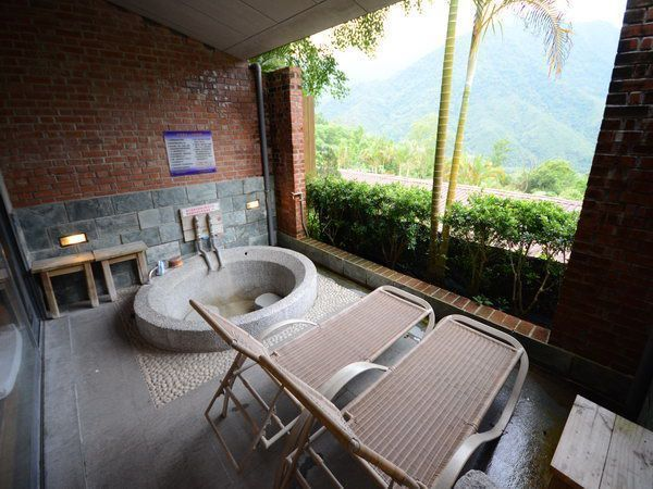 浸浴於半露天湯池,若是泡累了,也能在一旁的躺椅稍微休息,欣賞尖石山林景致。(石上...
