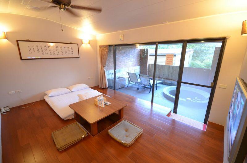 入宿單池標準湯屋,空間簡潔清爽,享受清幽私人湯泉。(石上湯屋渡假村提供)