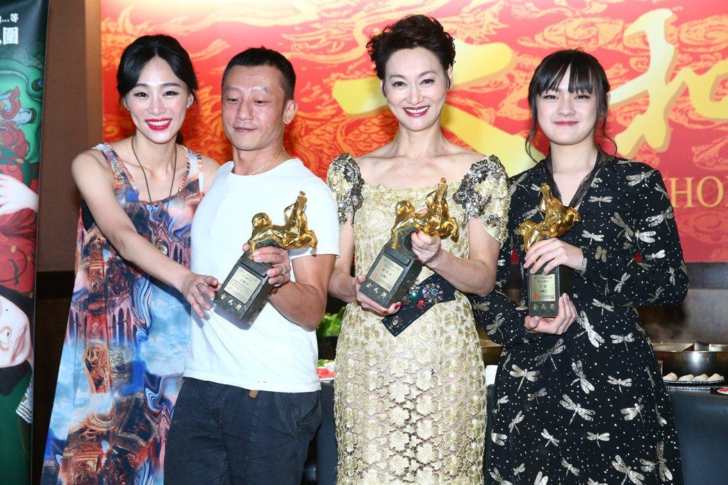 電影「血觀音」獲金馬獎最佳劇情片,導演楊雅喆(左二)、新科影后惠英紅(右二)、最