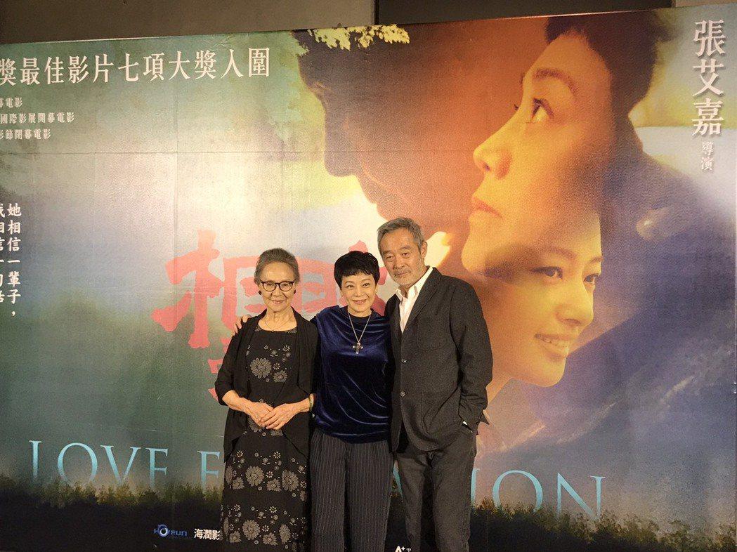 吳彥姝(左)和田壯壯(右)心疼張艾嘉(中)沒得獎。記者黃保慧/攝影