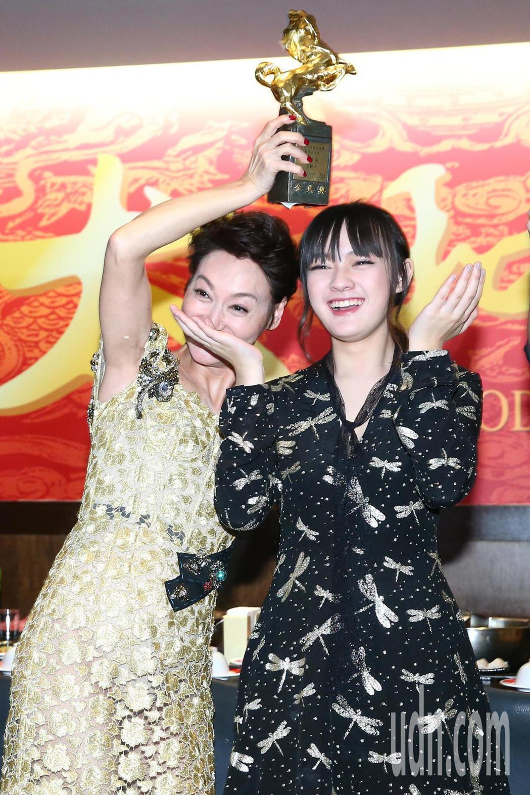 新科影后惠英紅(左)、最佳女配角得主文淇(右)出席電影「血觀音」慶功宴。記者王騰...