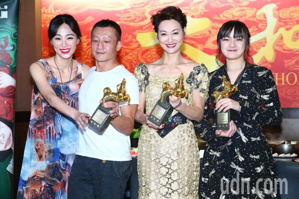 電影「血觀音」獲金馬獎最佳劇情片,導演楊雅喆(左二)、新科影后惠英紅(右二)、最...