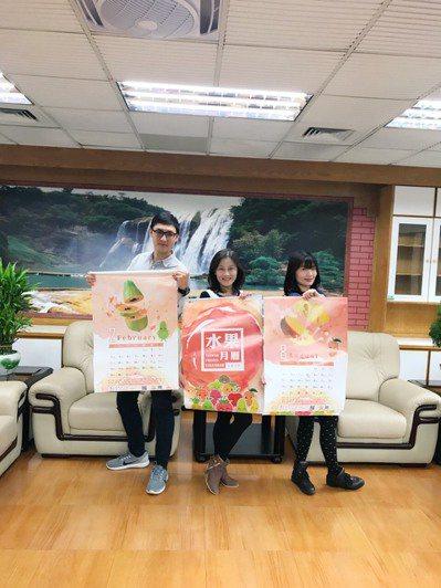 新竹縣稅捐局提供精美的水果月曆讓民眾兌換。圖/新竹縣政府提供