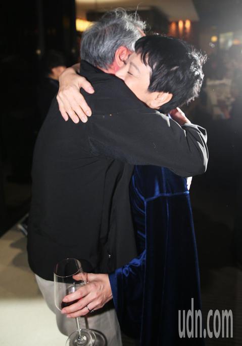 接下下屆金馬主席的李安凌晨前往「相親相愛」劇組慶功宴,見到提名多獎項未獲獎的導演張艾嘉就給上大大的溫暖擁抱。