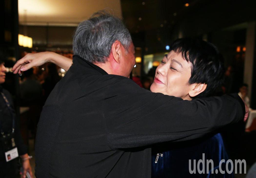 大導演李安(左)凌晨前往「相親相愛」劇組慶功宴,給導演張艾嘉(右)溫暖擁抱。記者...