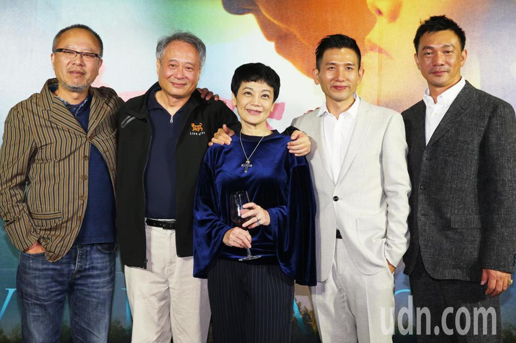 大導演李安(左二)、導演鍾孟宏(左一)、導演趙德胤(右二)、導演黃信堯(右一)凌...