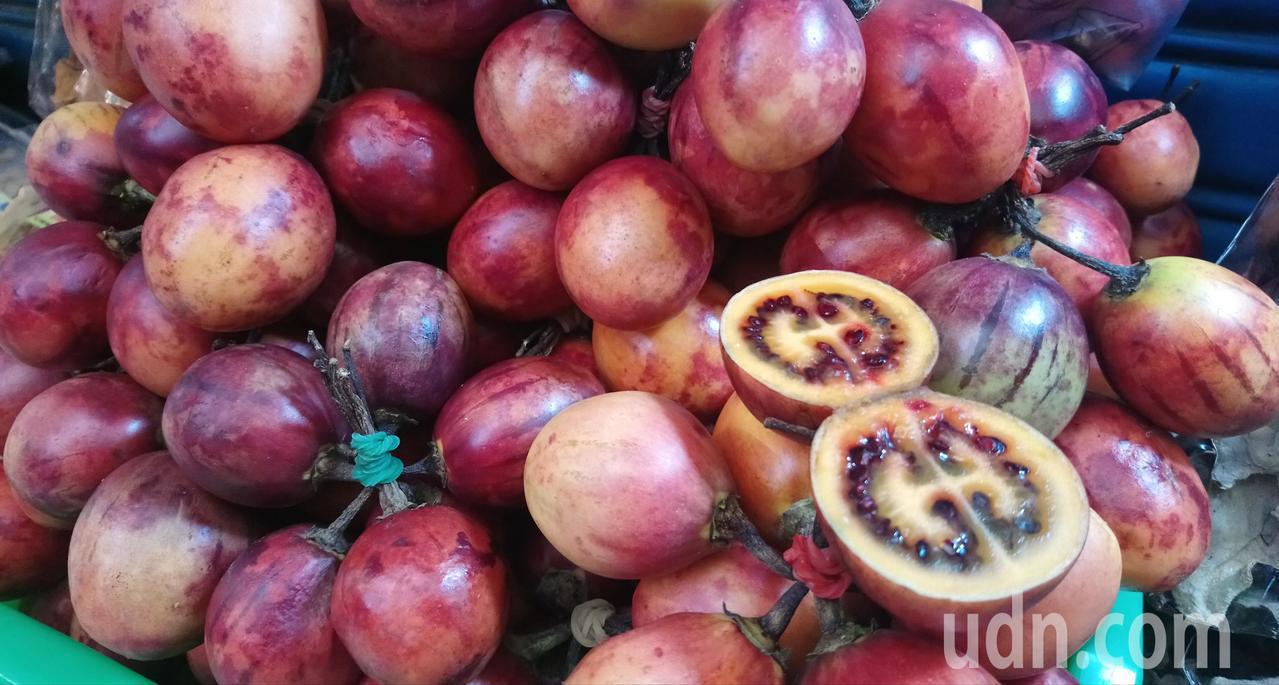 奮起湖老街賣的樹番茄,對剖切開果肉呈現類似CUGGI品牌色澤相當有趣。記者卜敏正...