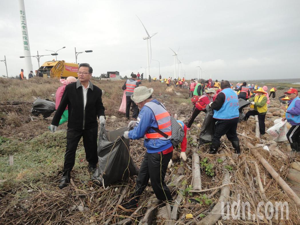彰化縣伸港鄉長曾煥彰(左)和社區志工淨灘。記者簡慧珍/攝影