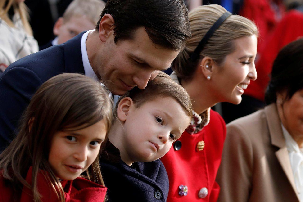 川普的女兒伊凡卡(右二)和女婿庫許納(左二)21日帶著女兒阿拉貝拉(左一)和兒子...