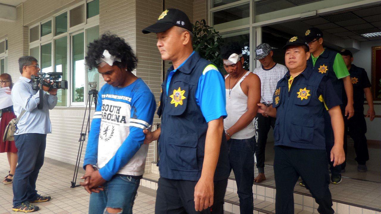 警方逮捕涉嫌滋事的印尼籍漁工,其中也有3人受傷。記者林保光/攝影