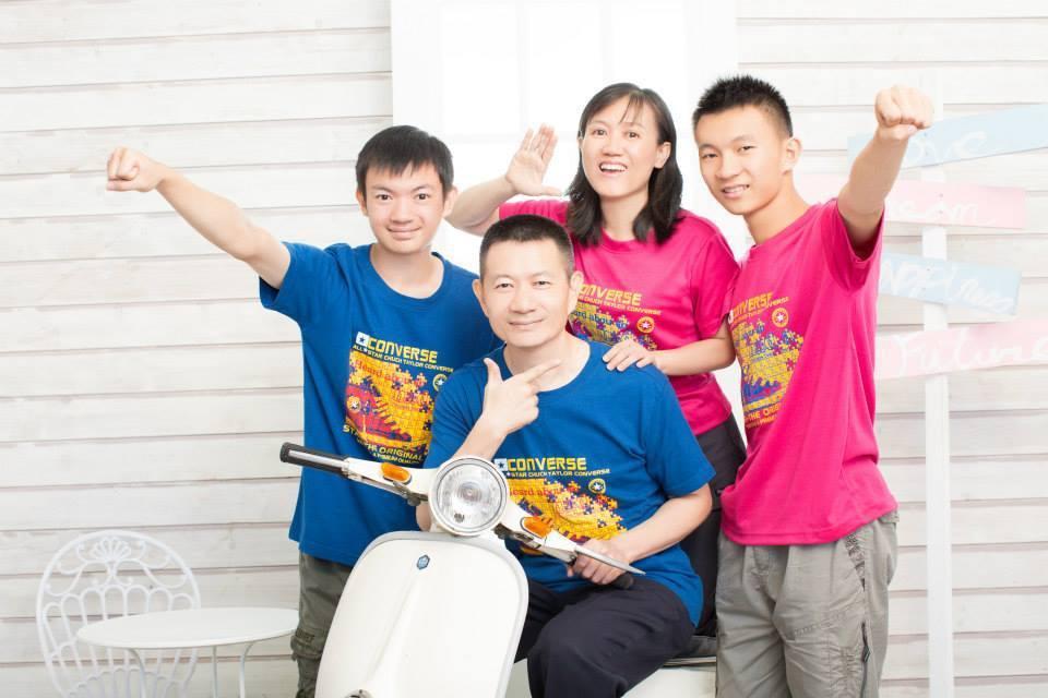 吳整能的臉書上貼著全家福,他說,每個人的人生都有不同階段,重要的是一定得樂觀面對...