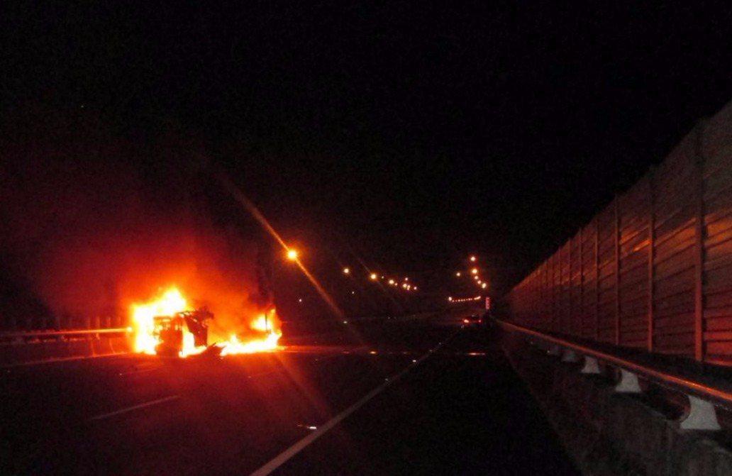 一輛轎車行經國道一號北上154.6公里,追撞前方一輛小貨車,造成小貨車失控翻覆,...