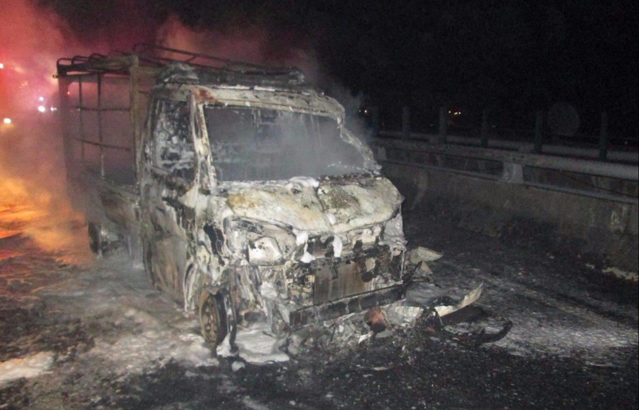 兩貨車起火燃燒,消防隊獲報後前往滅火,最後兩貨車都被燒毀。記者余采瀅/翻攝