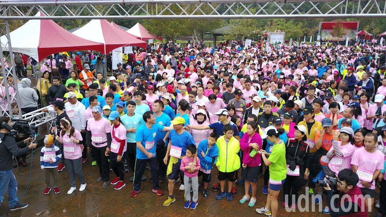 2000多人集結完畢準備起跑。記者鄭國樑/攝影