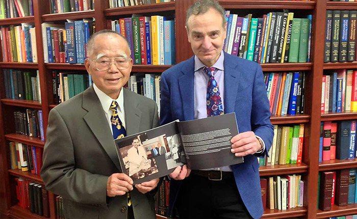 「果酸之父」余瑞錦博士(左)與渥太華大學理學院院長派瑞(右)合影。圖/渥太華大學...