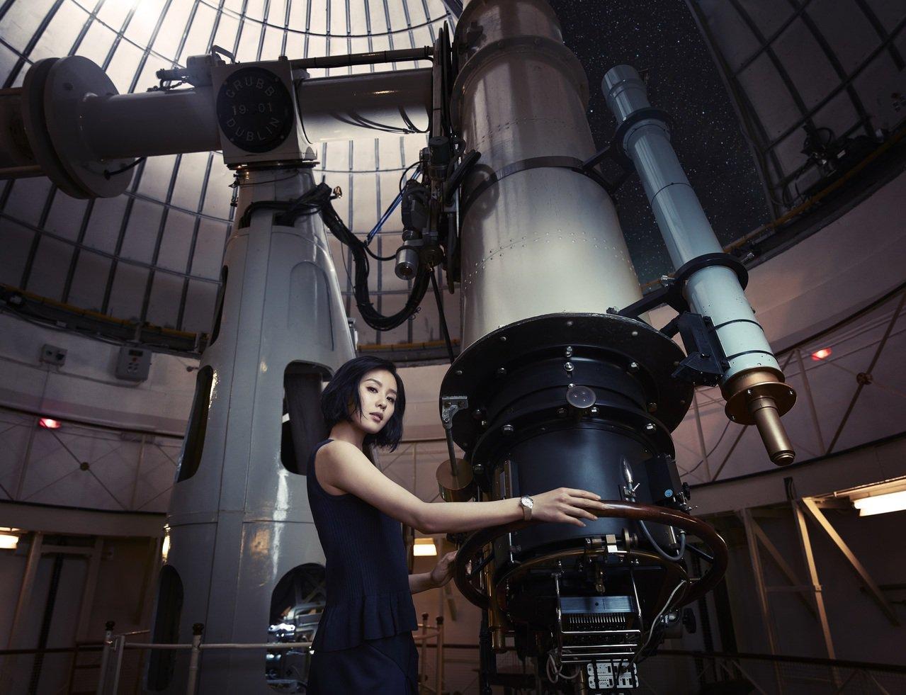 劉詩詩揮別柔美形象,展現剛毅詮釋歐米茄全新星座系列大師天文台腕表。圖/OMEGA...