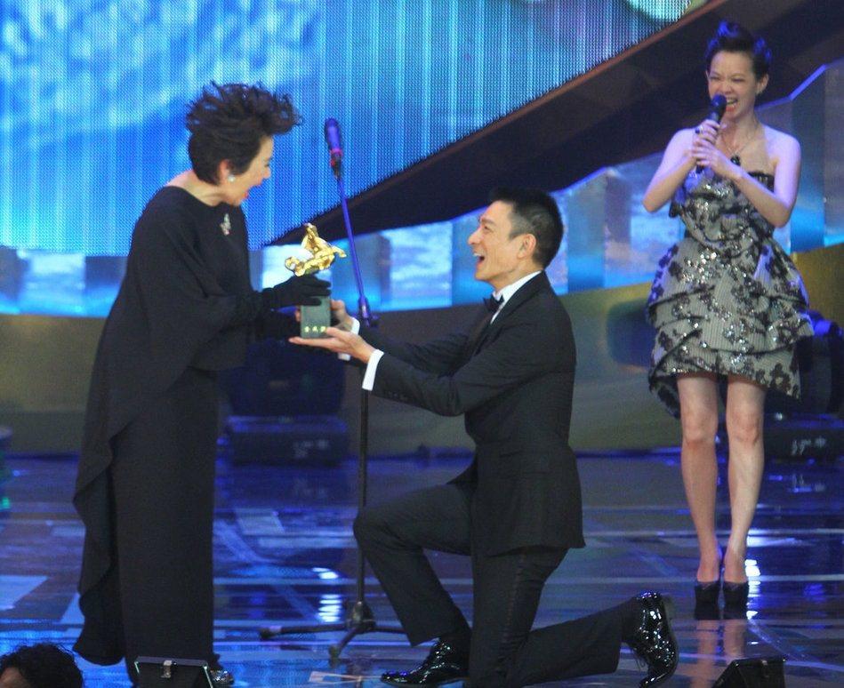 葉德嫻在48屆金馬獎從劉德華手中拿到影后獎座。圖/聯合報資料照