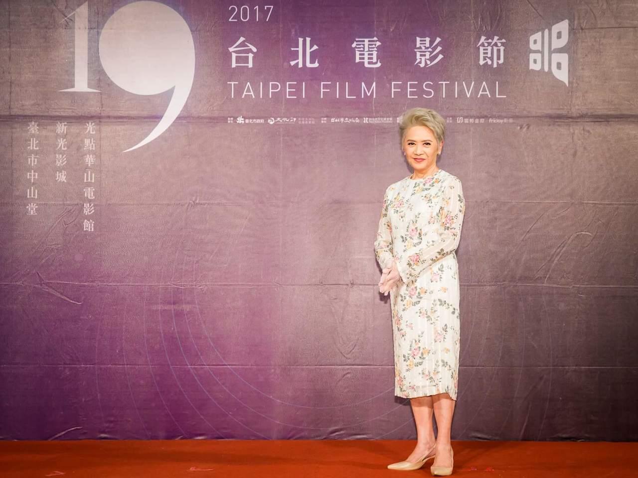 葉德嫻出席「明月幾時有」記者會,戴了白色蕾絲手套。圖/台北電影節提供