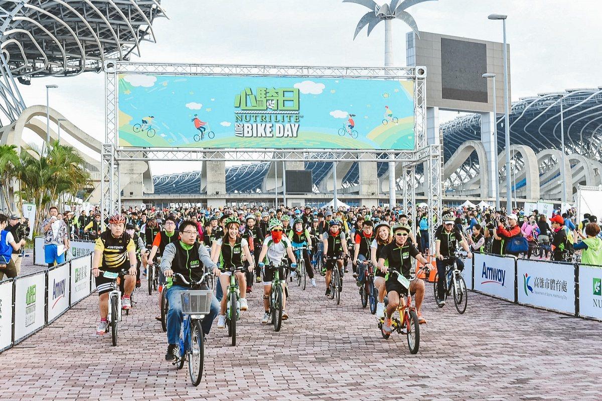 上千名熱愛運動的車友們聚集高雄國家體育場。圖/安麗公司提供