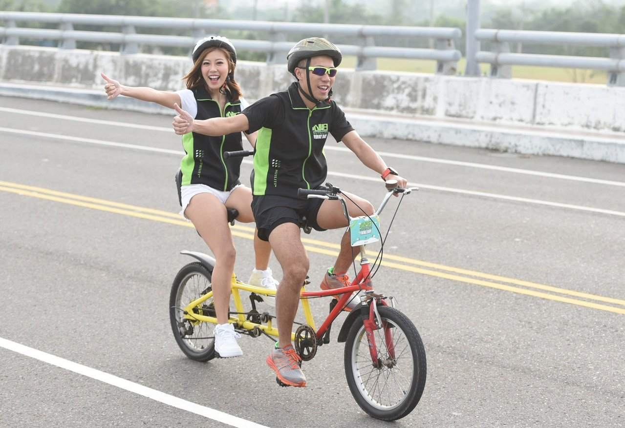 活動大使陳彥博(右)攜手「啦啦隊女神」艾蜜絲協力完騎。圖/安麗公司提供