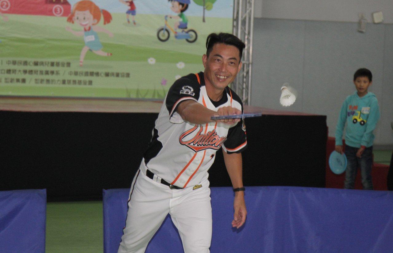 林岳平和心臟病患者體驗羽球活動。圖/統一獅隊提供