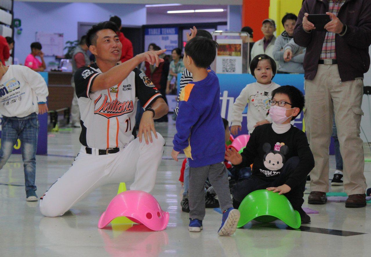 林岳平鼓勵心臟病童,一定要勇敢面對生活。圖/統一獅隊提供
