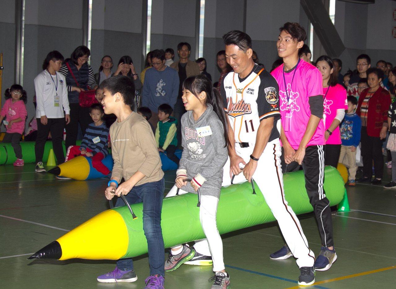 林岳平和心臟病童開心玩在一起。圖/統一獅隊提供