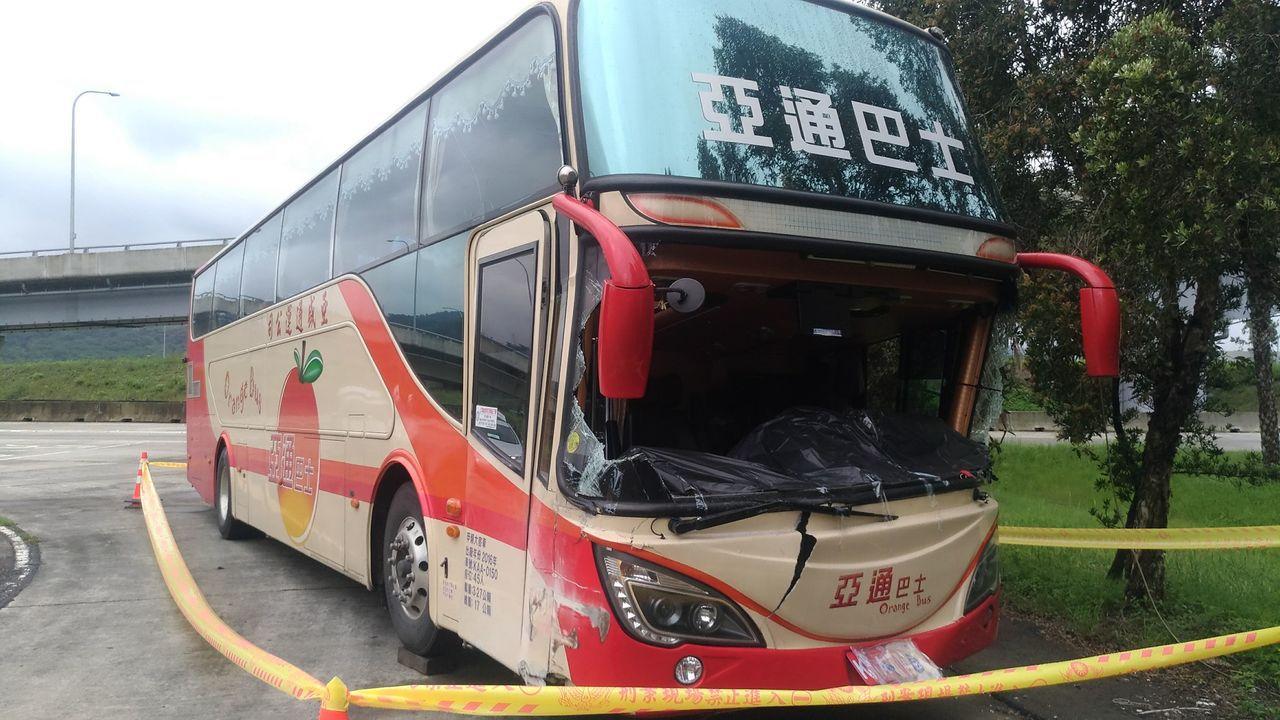遊覽車擦撞內側護欄車頭受損。 記者林昭彰/攝影