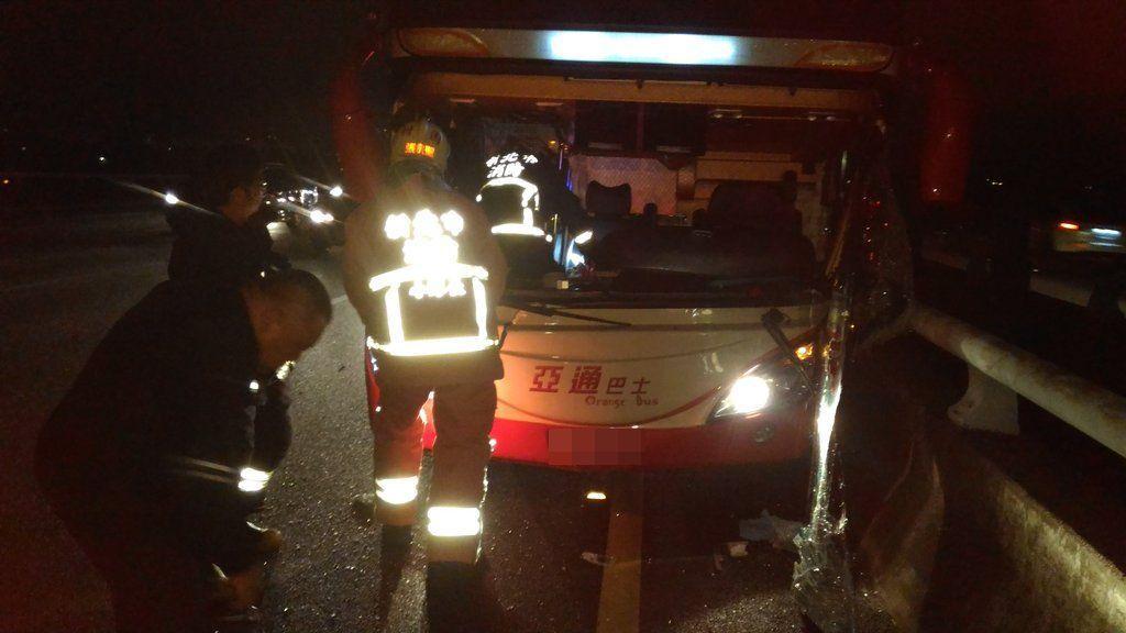 消防隊員破窗救出已無生命跡象的司機。 記者林昭彰/翻攝