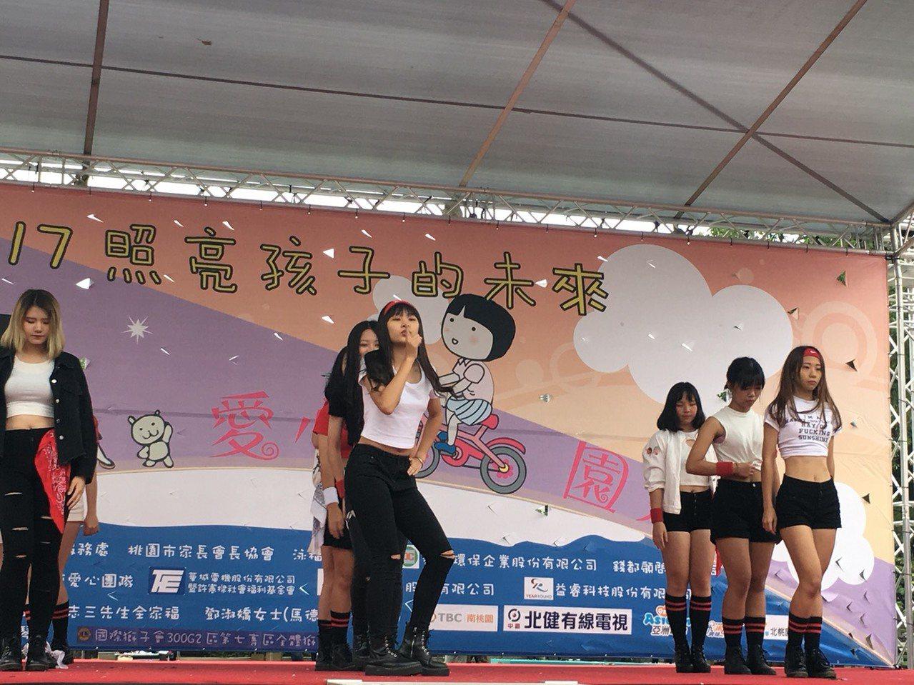 新生醫專韓舞社在家扶50周年園遊會熱力演出,當中也有受扶助學生。圖/桃園家扶提供