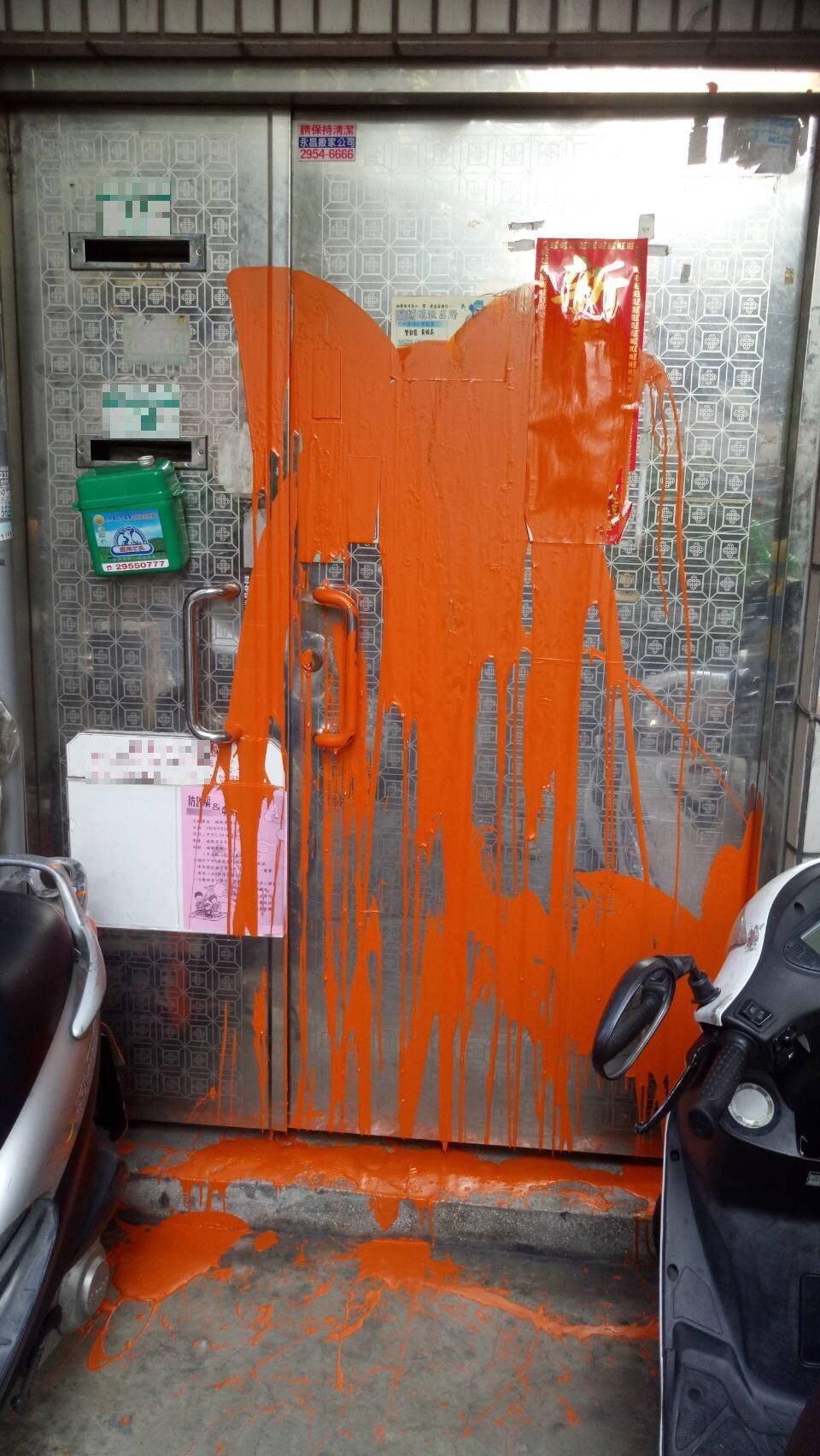 呂嫌雇人去前女友的親屬家門潑漆搞破壞。 記者林昭彰/翻攝