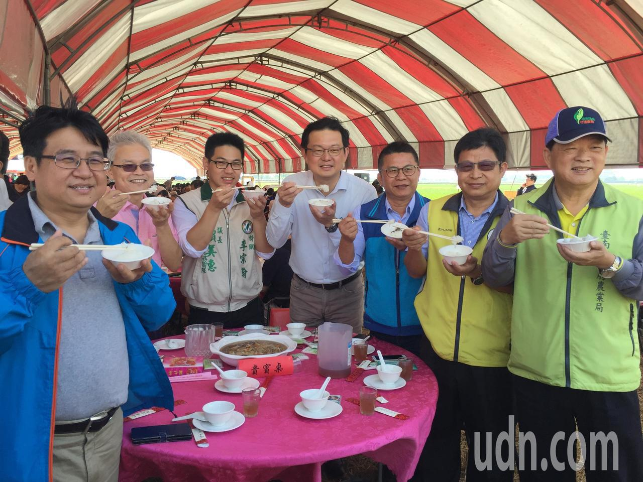 農委會副主委李退之(右四)等人品嘗有台南越光米之稱台南16號。記者吳政修/攝影