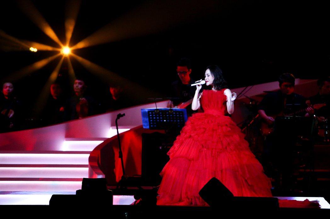 出道21年的彭佳慧今天下午在小巨蛋舉辦演唱會,開場穿著一身紅色禮服。記者程宜華/...