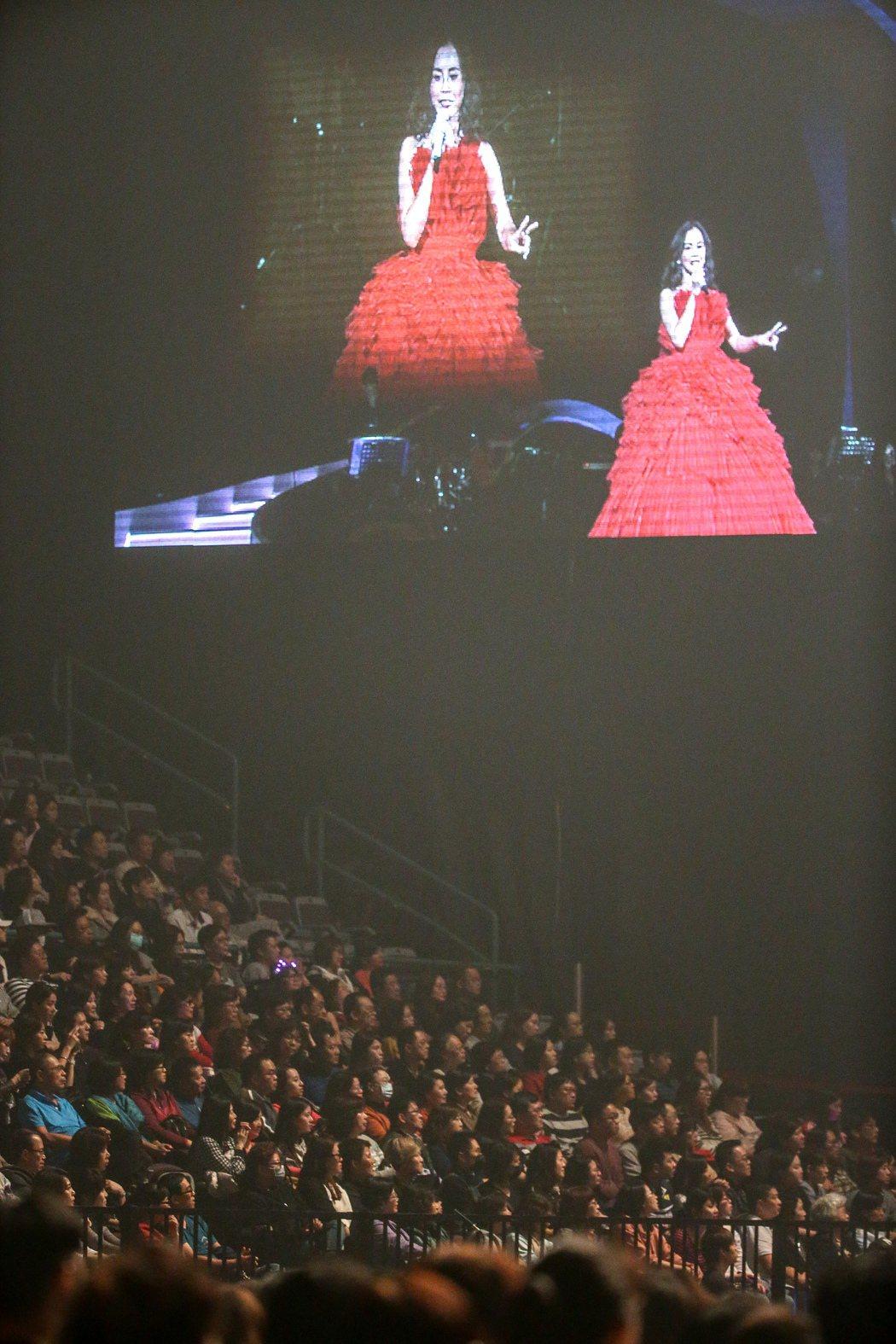 出道21年的彭佳慧,今天二度站上台北小巨蛋舞台,現場擠滿觀眾,座無虛席。記者程宜...