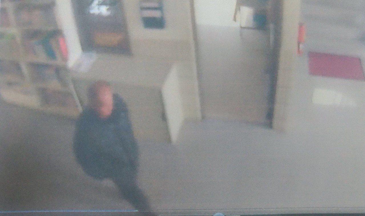 林姓男子涉嫌在教會竊取張姓女子的手提包,被監視器拍下。圖/翻攝畫面