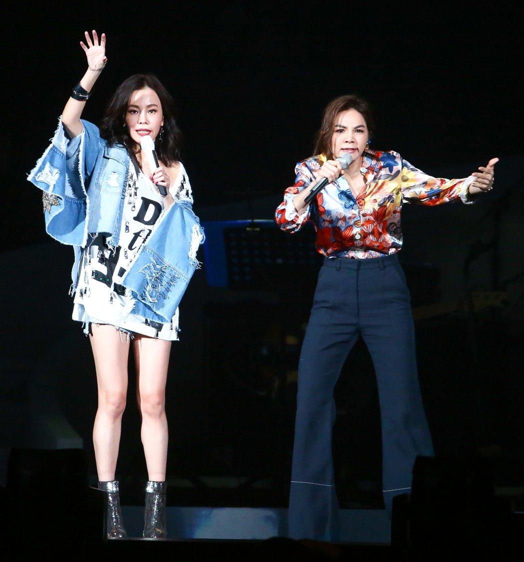 出道21年的彭佳慧(左),邀請Ella(右)擔任特別嘉賓,兩人大聊生男生女的經驗...