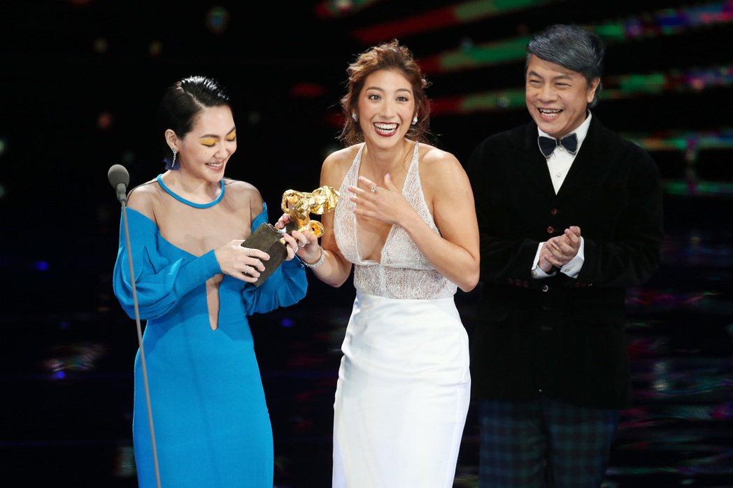 蔡康永(右)、小S徐熙娣(左)頒發最佳新演員獎給瑞瑪席丹(中),小S作勢與瑞瑪席