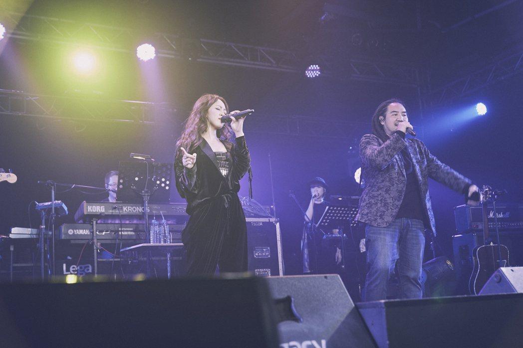 戴愛玲和Matzka合唱「不如沒問過」。圖/索尼音樂提供