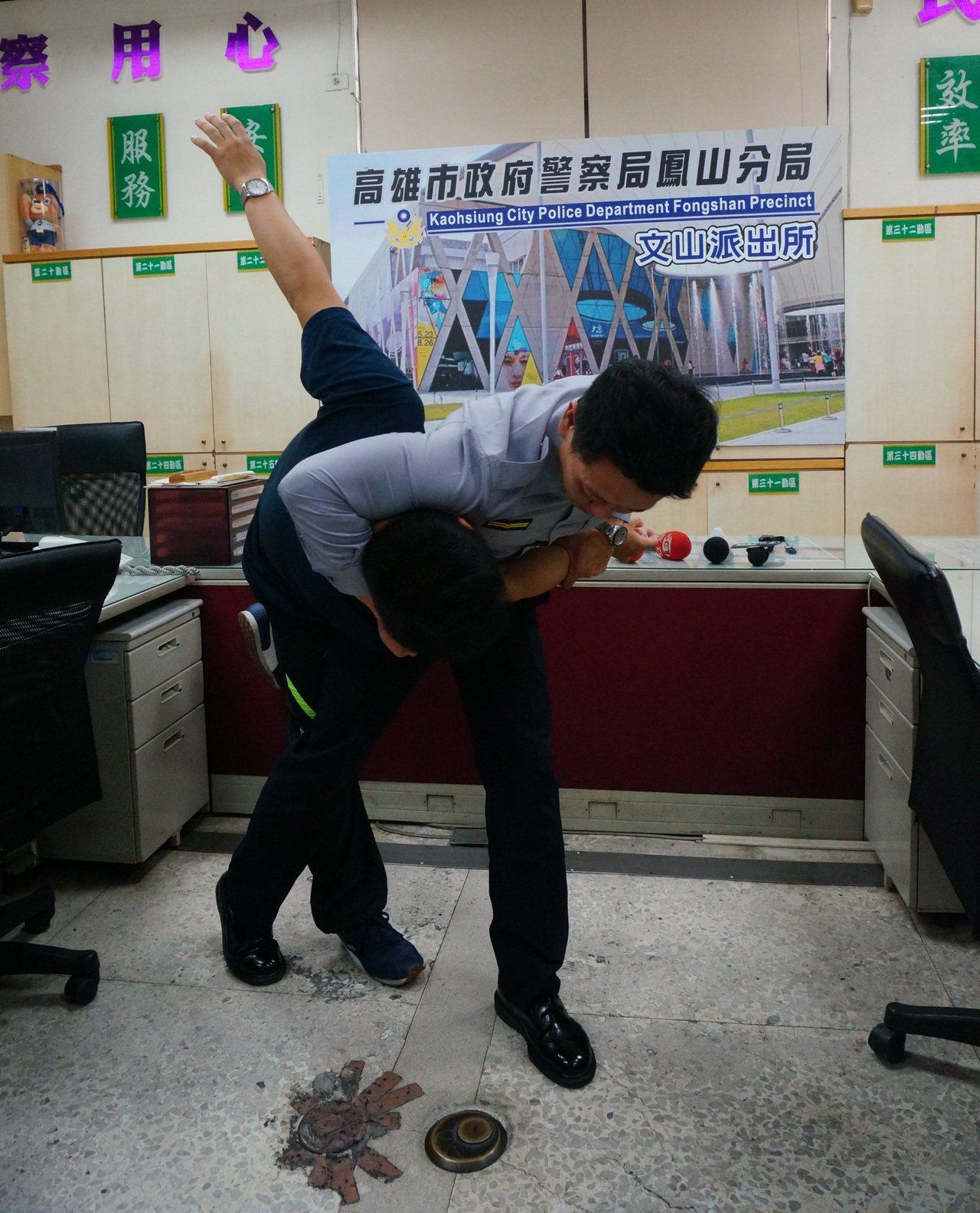 文山所副所長馬誌鍵(右)示範抱頭摔。記者林伯驊/攝影