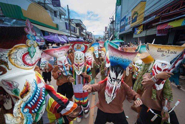 每年都會有雷府皮塔箜鬼面節。圖/泰國觀光局提供