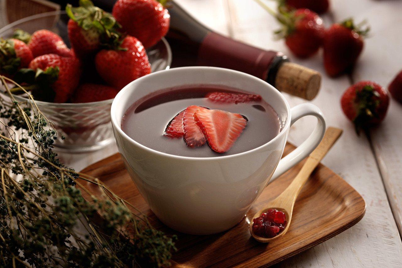 草莓紅酒飲,售價200元。圖/杏桃鬆餅屋提供